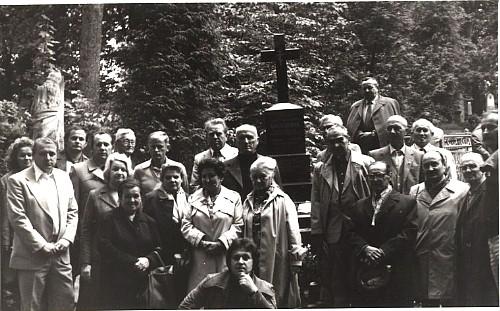 Na hrobe H. Kosteljnika