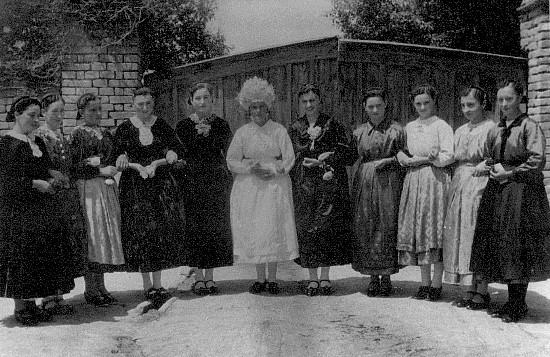 Bride with friends - Mloda z pajtaskami